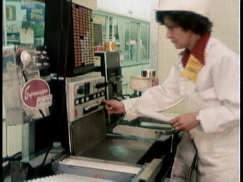 stockvideo's en b-roll-footage met 1978 montage a supermarket worker packing meat / united states - kruidenier