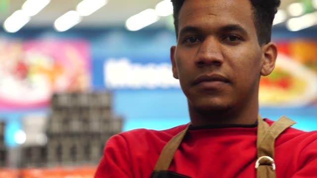 ritratto lavoratore supermercato - afro video stock e b–roll