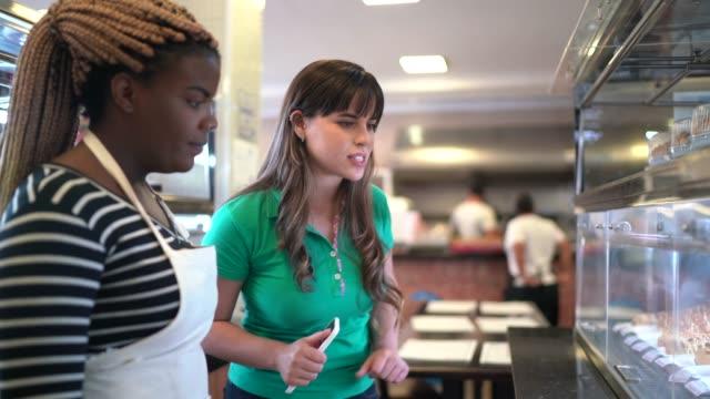 vídeos de stock, filmes e b-roll de funcionário do supermercado ajudando cliente - escolher