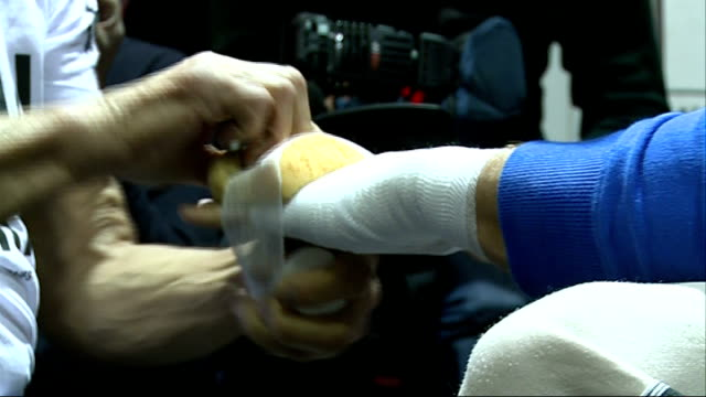 vidéos et rushes de supermiddleweight world title fight preview mikkel kessler workout in vauxhall trainer bandaging his left hand / kessler stretching and warming up in... - pansement médical