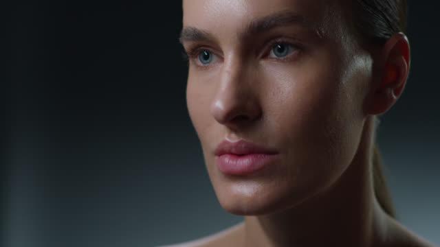 vidéos et rushes de plan rapproché de visage de modèle superbe. vidéo de mode. maquillage - bouche humaine
