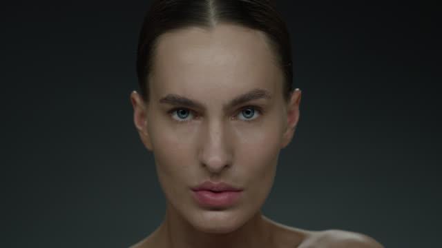 vídeos de stock, filmes e b-roll de close up supermodel da face. vídeo de moda. make-up - maquiagem para teatro