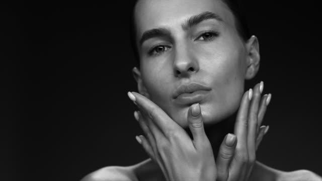 vídeos de stock, filmes e b-roll de closeup da cara do supermodel. vídeo de moda. maquiagem - sobrancelha