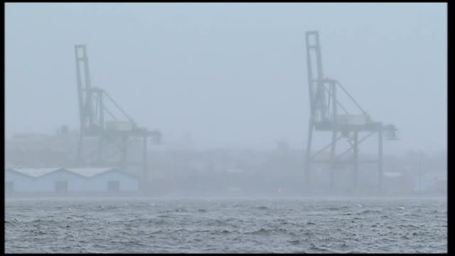 vidéos et rushes de superstorm sandy creates havoc on the east coast of america: new york city impact; man jogging along street / buildings seen from car as along /... - world trade center manhattan