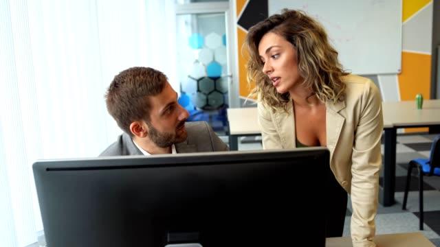オフィスでの監督といちゃつき - 膝から上の構図点の映像素材/bロール