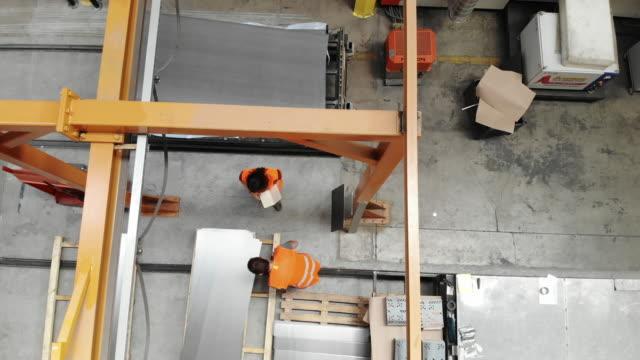 監督者と労働者で鋼の工場部分の検査 - 製造業関係の職業点の映像素材/bロール
