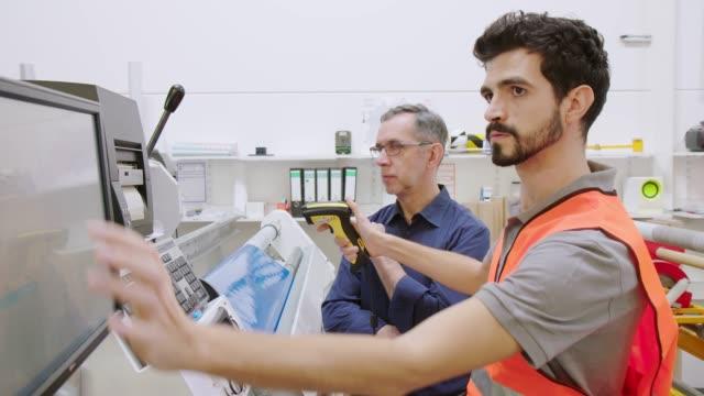 vidéos et rushes de superviseur aidant l'opérateur à résoudre le problème de machine - faire fonctionner
