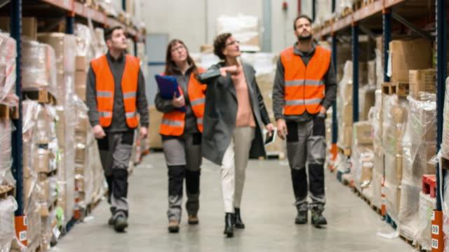 監視回路に入れるには、倉庫労働者の新しいストック - 説明する点の映像素材/bロール