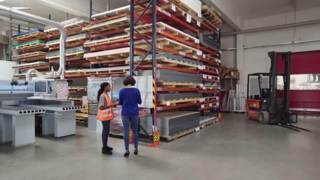 倉庫作業員と話すスーパーバイザー - 倉庫作業員点の映像素材/bロール