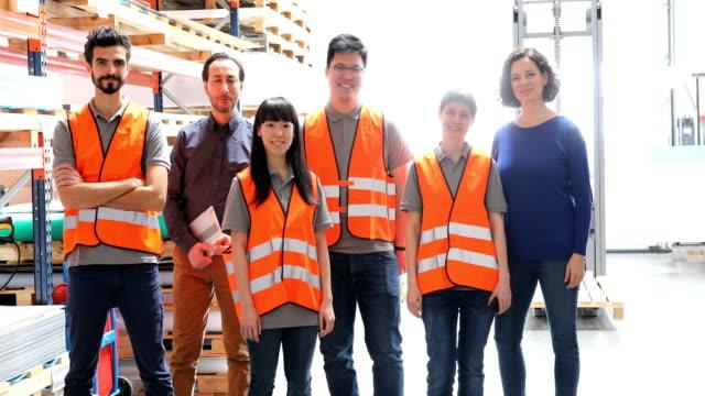 チームが倉庫に立っているスーパーバイザー - 中東民族点の映像素材/bロール