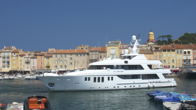 stockvideo's en b-roll-footage met superyacht leaving st tropez old port. - jacht