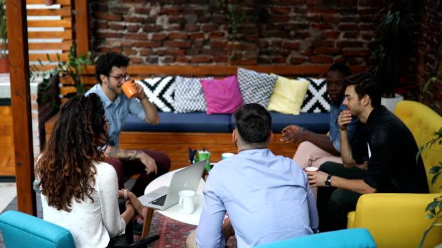 vidéos et rushes de groupe de soutien pour une réunion - brainstorming