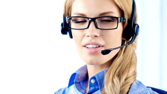 Support-Telefon-Betreiber im headset sprechen und Lächeln