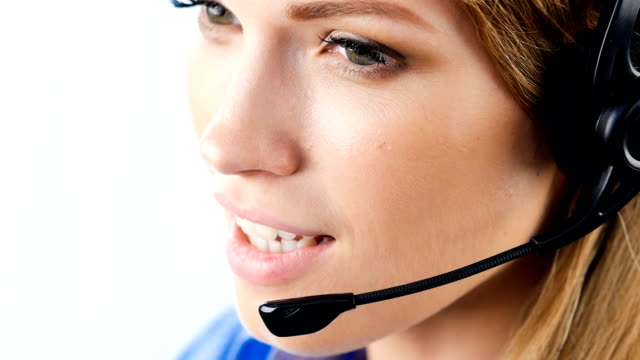 Soporte teléfono operador con auriculares y sonriente hablando