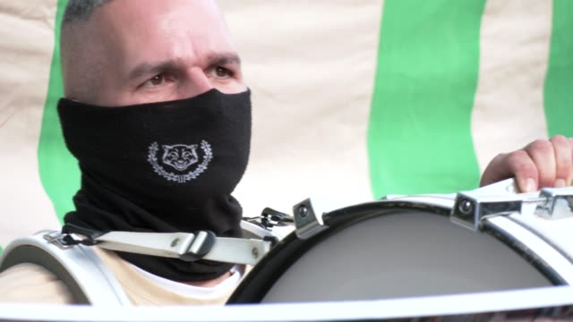 vidéos et rushes de supporter of the far-right third way neo-nazi political party prepares with his drum for the start of the demonstration on the 30th anniversary of... - allemagne