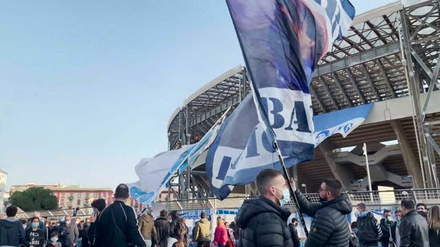 supporters are seen in front of the san paolo stadium during the mourning of the death of soccer player diego armando maradona on november 26, 2020... - ナポリ点の映像素材/bロール