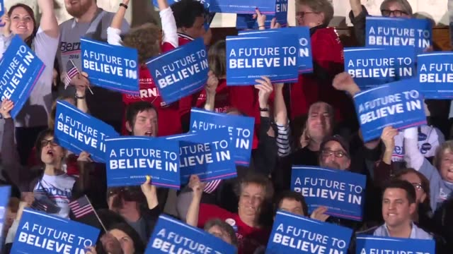 vídeos y material grabado en eventos de stock de supporters at bernie sanders rally celebrated tuesday night after hearing news that the self proclaimed democratic socialist won the new hampshire... - democracia