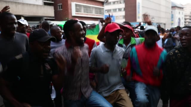 stockvideo's en b-roll-footage met supporters celebrate in the street outside the mdc headquarters despite the election result as yet not been announced on july 31, 2018 in harare,... - democratie