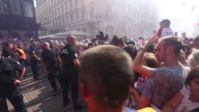 vídeos de stock, filmes e b-roll de supporters celebrate the arrival of croatian national football team players at the bana jelacica square in zagreb on july 16 after reaching the final... - russia