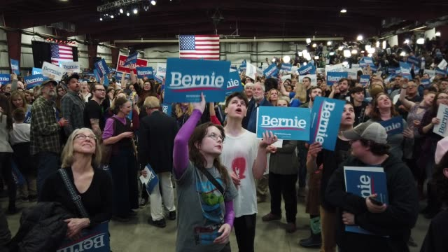 vídeos de stock, filmes e b-roll de supporters cheer and dance as they wait for news about super tuesday primary voting results during a rally with democratic presidential candidate sen... - primary election