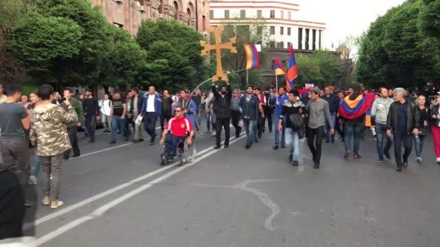 vídeos y material grabado en eventos de stock de supporters of armenian opposition leader nikol pashinyan block roads in yerevan, armenia on april 29, 2018. - 2018