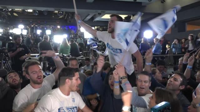 vídeos de stock e filmes b-roll de supporters of benny gantz celebrating exit poll results in the israeli election - cargo governamental