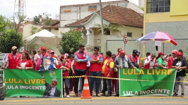 supporters of brazilian former president luiz inacio lula da silva demonstrate outside a federal court in curitiba while they wait for the arrival of... - brasile meridionale video stock e b–roll