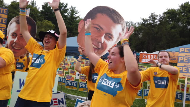 supporters of democratic presidential candidate and south bend, indiana mayor pete buttigieg attend the polk county democrats' steak fry on september... - アイオワ州点の映像素材/bロール