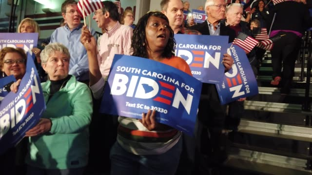 vídeos de stock e filmes b-roll de supporters of democratic presidential candidate former vice president joe biden wait for him to speak at an election-night rally at the university of... - partidário