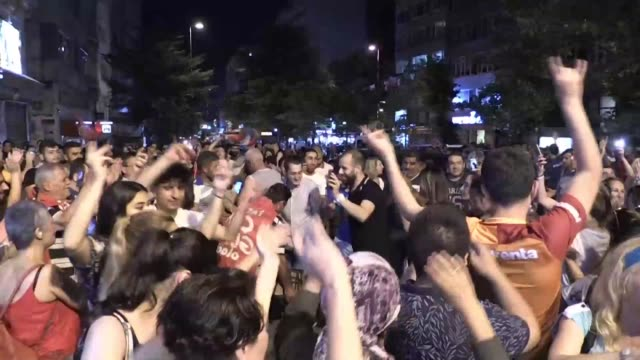 supporters of ekrem imamoglu celebrate in the streets of istanbul after his win in a controversial mayoral election re run against binali yildirim... - bürgermeister stock-videos und b-roll-filmmaterial