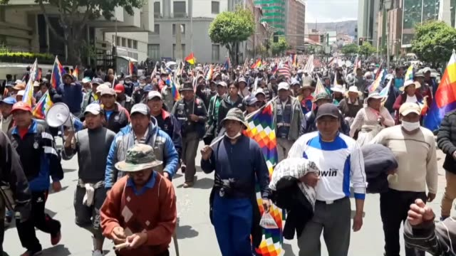 stockvideo's en b-roll-footage met supporters of evo morales stage a protest against the interim government on november 15 2019 in la paz bolivia police intervened in protesters... - bolivia