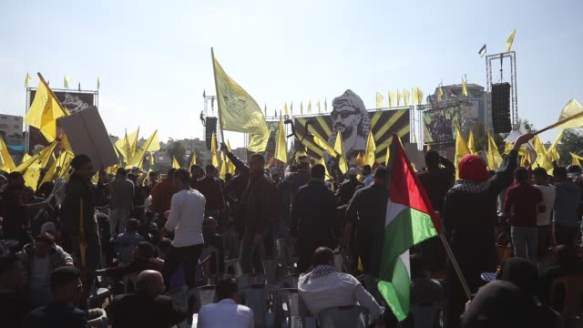 supporters of exiled palestinian politician and fatah movement's former security chief, mohammed dahlan, hold images of late palestinian leader... - esilio video stock e b–roll