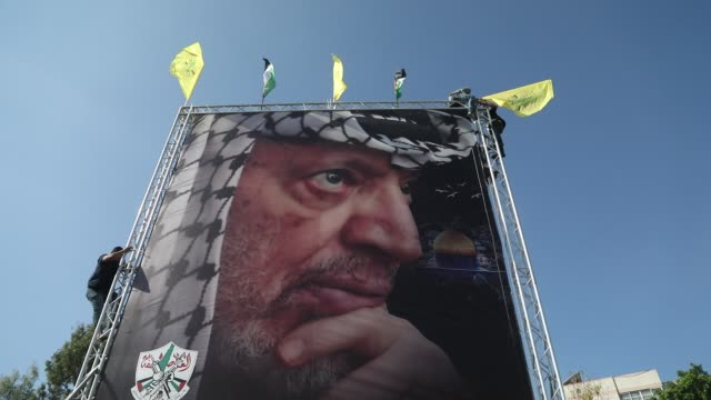 supporters of exiled palestinian politician and fatah movement's former security chief, mohammed dahlan, hold images of late palestinian leader... - 追放点の映像素材/bロール