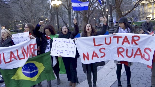 stockvideo's en b-roll-footage met supporters of ex-president of brazil luiz inacio lula da silva asking for his release from prison claiming that 'lula' is innocent. luiz inacio lula... - assertiviteit