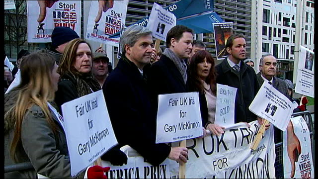 supporters of gary mckinnon holding up placards outside home office incuding liberal democrat mp chris huhne and leader nick clegg mp - クリス ヒューン点の映像素材/bロール