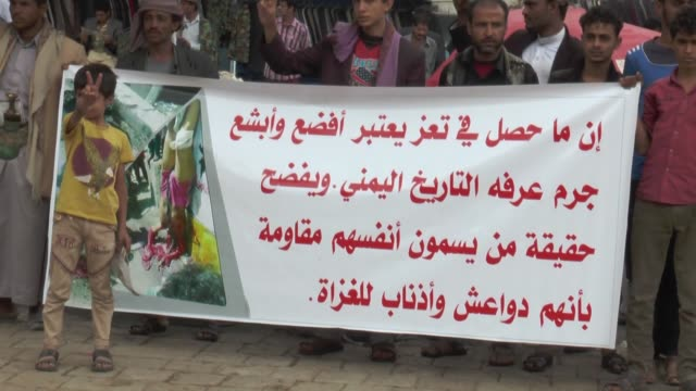 supporters of houthi militant group gather in front of the babalyaman to protest the saudiled coalition airstrikes on september 01 2015 in sanaa... - 武力攻撃点の映像素材/bロール