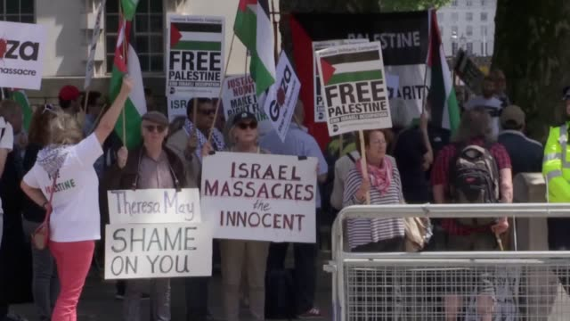 vidéos et rushes de supporters of palestine protest against the arrival of israeli prime minister benjamin netanyahu at downing street they hold banners chant and shout... - arme nucléaire