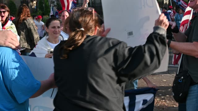 vídeos de stock e filmes b-roll de supporters of president donald trump clash with biden supporters as they gather outside the governor's mansion on november 7, 2020 in st paul,... - confrontação