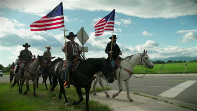 supporters of president donald trump in bozeman, montana, on horseback, waving usa flags and election flags - prairie stock videos & royalty-free footage