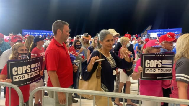 """vídeos de stock e filmes b-roll de supporters of president donald trump pose with their """"make america great again"""" and """"cops for trump"""" signs while leaving an airport hanger after a... - partido republicano americano"""