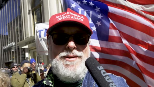 """vídeos de stock e filmes b-roll de supporters of president donald trump rallied near the manhattan 5th avenue trump tower in new york city to celebrate """"no collusion day"""" in light of... - partidário"""