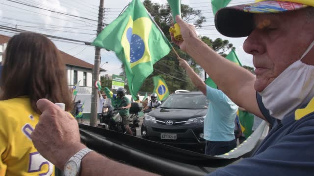 vídeos de stock, filmes e b-roll de supporters of president jair bolsonaro protest during a motorcade and demonstration in favor of the government amid the coronavirus pandemic on... - questão ambiental