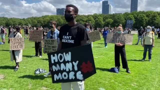 supporters of the black lives matter movement and of kick out zwarte piet activist group demonstrate for the second time in a month at the malieveld... - the hague 個影片檔及 b 捲影像