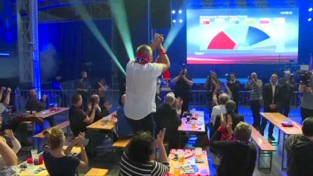 supporters of the far right freedom party celebrate as projections put the party on 268 percent behind sebastian kurz's people's party on 302 percent... - politische partei stock-videos und b-roll-filmmaterial
