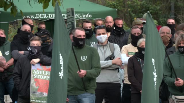 vidéos et rushes de supporters of the far-right third way neo-nazi political party hold flags during a march on the 30th anniversary of german reunification in... - allemagne