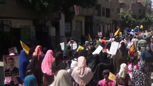 stockvideo's en b-roll-footage met supporters of the former president of egypt mohamed morsi who has been ousted by a military coup carry morsi taka part in a demonstration after... - staatsgreep