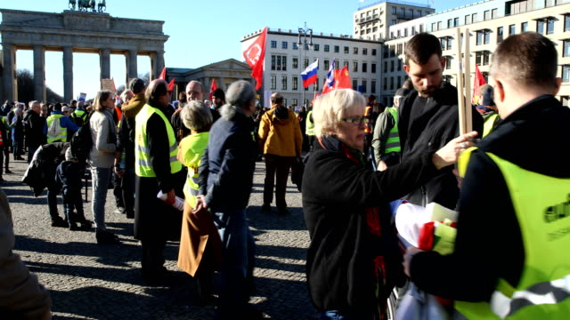 """supporters of the new left-wing """"stand up"""" movement gather at the end of a demonstration which started at potsdamer platz and ended here at the... - links platz stock-videos und b-roll-filmmaterial"""