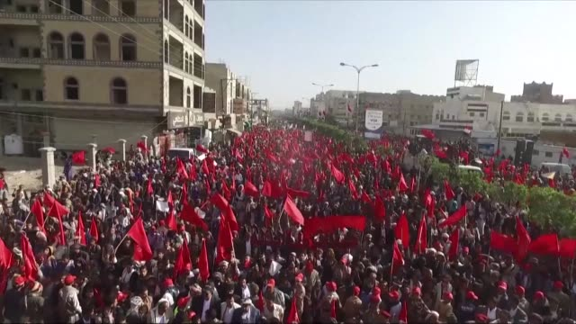 vídeos y material grabado en eventos de stock de supporters of yemen's shiite huthi rebels wave flags and shout slogans as they march in sanaa during a rally commemorating the fourth anniversary of... - ashura