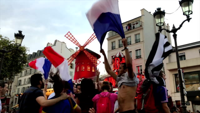vídeos de stock, filmes e b-roll de supporters shouting in front of moulin rouge in pigalle district during fifa world cup 2018 in paris france - french culture