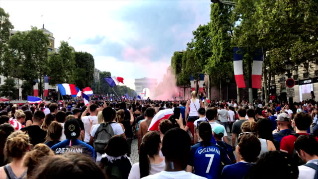 vídeos de stock, filmes e b-roll de supporters singin french hymn la maseillaise at champs elysées during the fifa world cup 2018 in paris france - frança